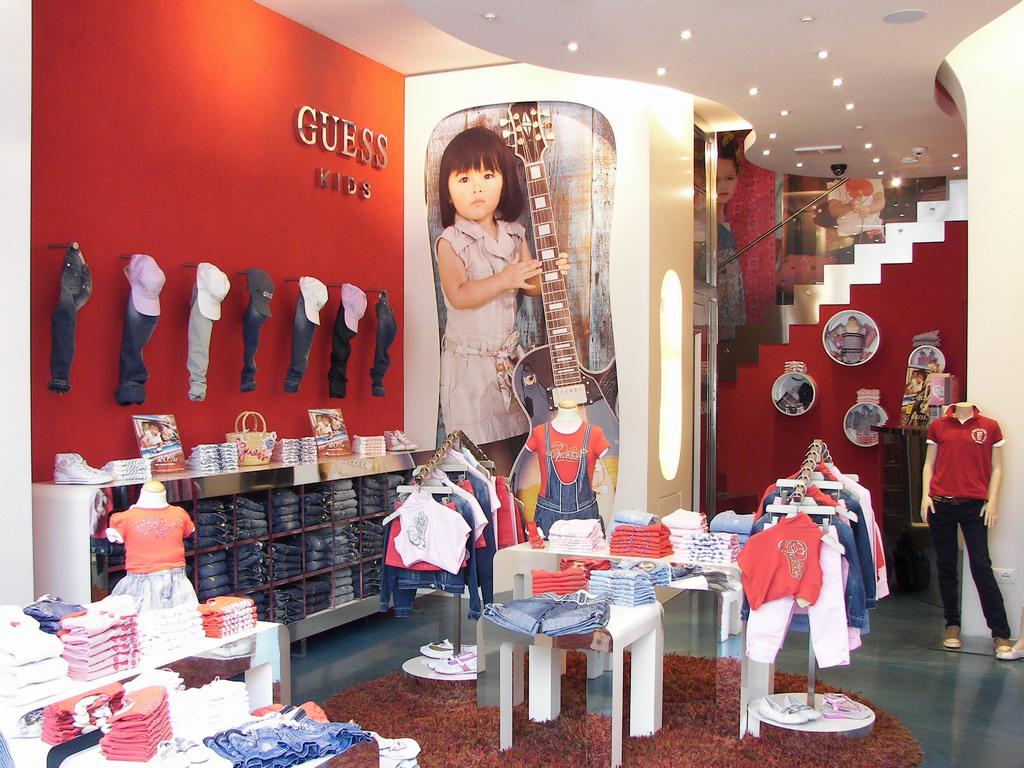 Guess kids store abbigliamento bambini Milano Milanomia.com